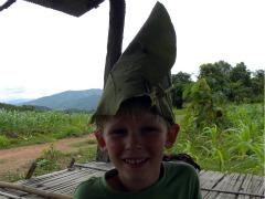 Zeb met een hoed van een blad gemaakt