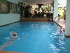 Even zwemmen bij Awana guesthouse