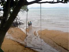 Spelen bij de zee aan de oostkust van Koh Chang
