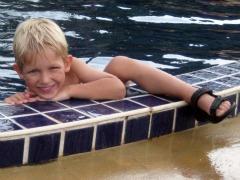 Tycho in het zwembad bij Amber Sands