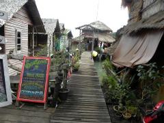 Vissershuizen aan een zijpier in Bang Bao