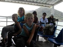 Op de ferry nemen we afscheid van Koh Chang