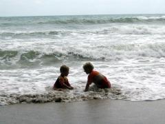 Zeb en Tycho overspoeld door de zee