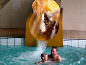 De grote glijbaan van het zwembad