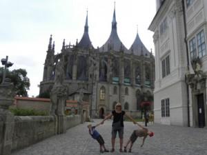 Poseren voor de kathedraal in Kutná Hora