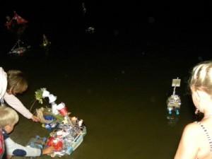 Verlichte bootjes op het meer bij camping Chvalsiny