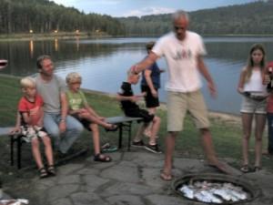 Laurens bakt forellen op de camping