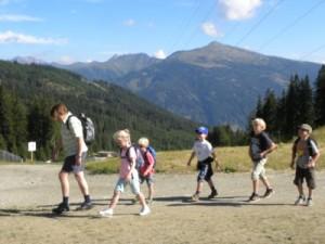 Annelies neemt de kids mee op stap in de bergen