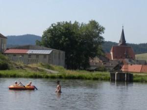 Het meertje van de camping, met het dorp Chvalsiny op de achtergrond