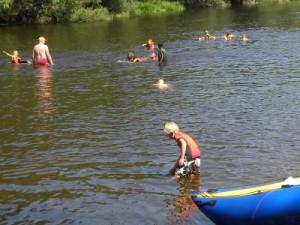 Spelen in de Moldau rivier