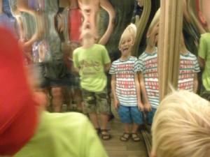 Lachen in het spiegel-labyrinth