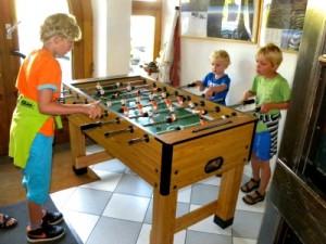 De jongens spelen tafelvoetbal in het gasthof