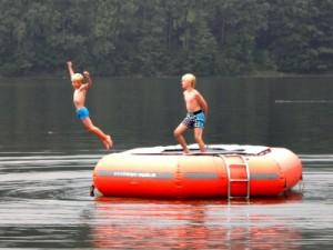 Tycho springt vanaf de trampoline in het Lipno-meer