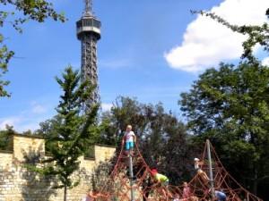 Lekker spelen bij de uitzichttoren in Praag