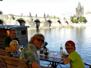 Op een terras met uizicht op de Karelsbrug