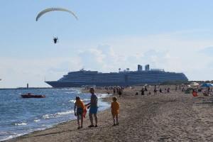 Vanaf het strand zien we de cruiseschepen naar Venetië