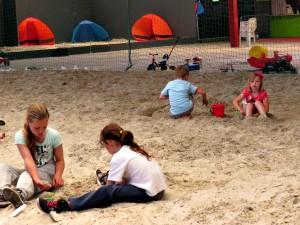 Spelen met zand in de hal