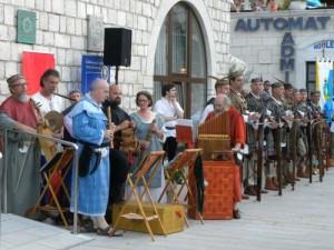 Middeleeuwse muzikanten en kruisboogschutters bij de Rabska Fjera