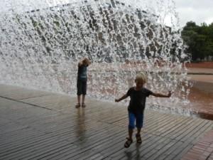 Onder de grote waterval bij het Parque das Nacoes