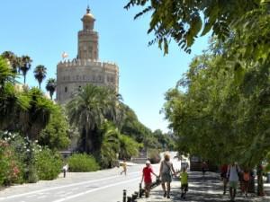Wandelen over de boulevard bij Torre del Oro