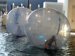 Zeb in de Bubble in het zwembad van Hof van Saksen