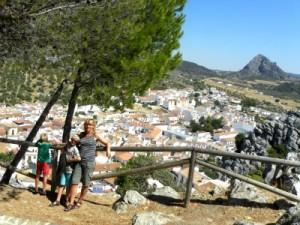 Poseren met uitzicht op het witte dorp Montejaque