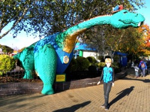 Een Lego Dinosaurus bij de ingang van Legoland Windsor