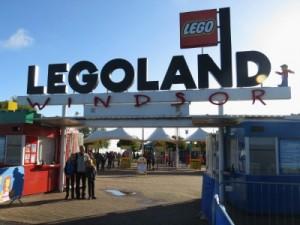 Poseren voor de ingang van Legoland Windsor