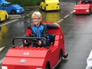 Zeb bij de rijschool van Legoland Windsor