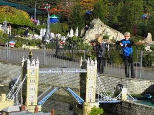 Bij de Tower Bridge in Legoland Windsor Miniland