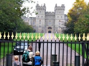 Bij het hek voor Windsor Castle