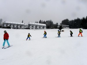 Het skiklasje gat netjes achter de lerares aan
