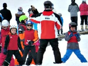 Skiën en plezier maken in het skiklasje