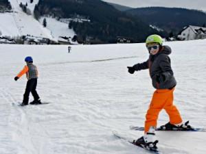 Zeb en Tycho skiën in Willingen
