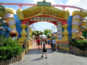 Zeb wandelt het Sesamstraat gebied van Port Aventura in