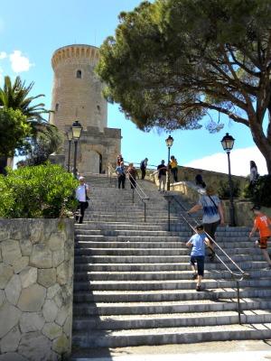 We beklimmen de trap naar Castell Bellver