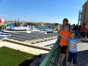 Uitzicht op ons cruiseschip vanaf de Upper Barrakka Gardens