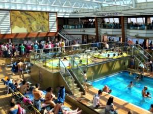 Zwembad en jacuzzi's op het Entertainment dek