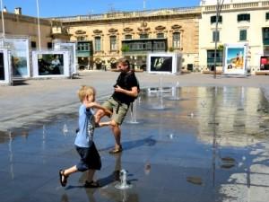 Spelen met de fonteintjes op het St. George plein