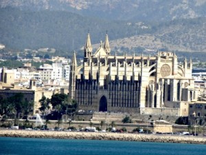 De kathedraal van Palma de Mallorca, vanaf zee gezien