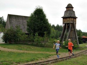 Rennen over de spoorbaan in miniatuur Zweden