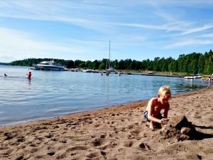 Tycho bouwt een stenen-kasteel op het strand van Hasselö