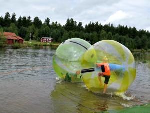 Dolle pret in de waterballen bij Nils Holgerssons Wereld