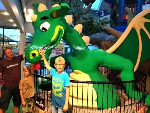 De Lego draak in de hal van het Legoland Hotel