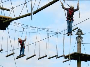Zeb en Tycho hoog in de lucht bij het klimpark