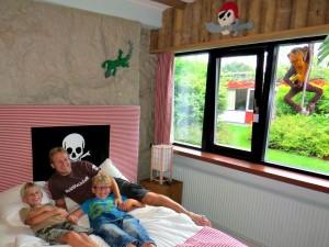 De mannen op het bed in onze Piratenkamer