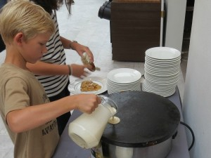 Pannenkoeken bakken bij het ontbijt