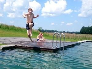 Sprong in het Natuurbad van Landal Orveltermarke