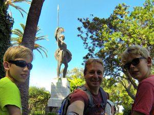 Poseren bij het grote beeld van Achilles bij Achilleion op Corfu