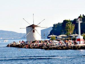 Zwemplaats met molen bij de haven van Corfu